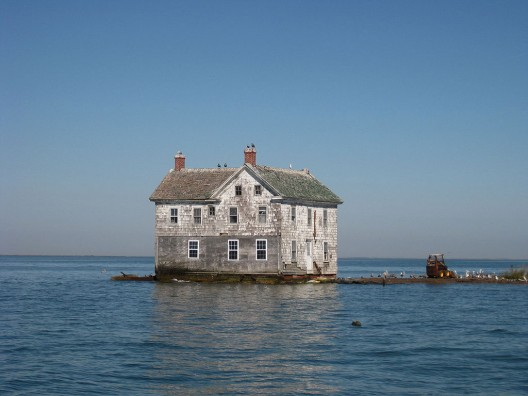 The last house on Holland Island in the Chesapeake Bay as it stood in October 2009. This house fell into the bay in October 2010. Photo by Flickr user baldeaglebluff via Wikimedia Commons